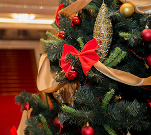 What are the Advantages of Holiday Decorations for Your Business?